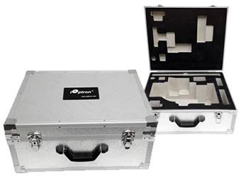 標準付属のアルミハードケースの画像。カウンターウェイト(および三脚)を除く全ての標準付属品を納めることが可能