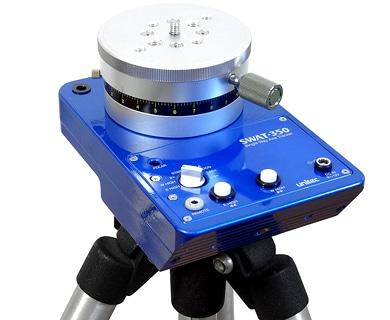 背面カメラネジを使用した画像。本体を水平に設置して、タイムラプス撮影用の回転台として使用するためのカメラネジ(太ネジ対応)が装備されています。