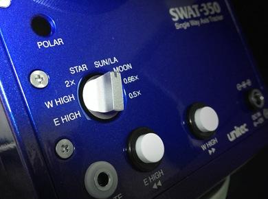 SWAT-350、本体パネルの画像。内蔵されたモータードライブには最新のマイコン制御のステッピングモーターを採用し、多彩な速度切り替えを実現しました。