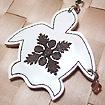 ハワイアンキルト刺繍 携帯ストラップ ビックホヌ(ビーズ付) 白地/チョコ