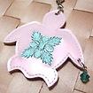 ハワイアンキルト刺繍 携帯ストラップ ビッグホヌ(ビーズ付) ガラスパール地/ピンクミント