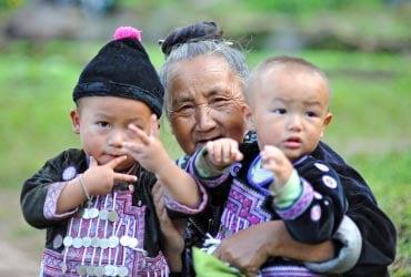 モン族の老人と子供