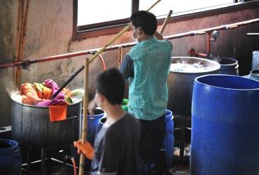 生地の色染めは大きな鍋で煮ることも。