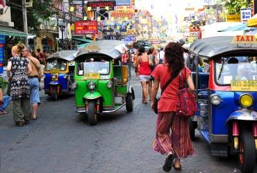 トゥクトゥクが行き交うタイの道