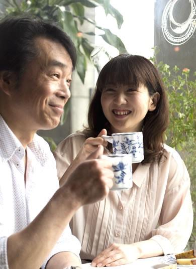 夫婦が笑顔の写真