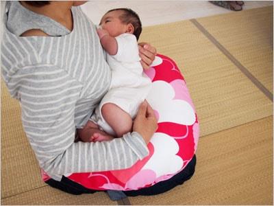 授乳クッションを使用して授乳中