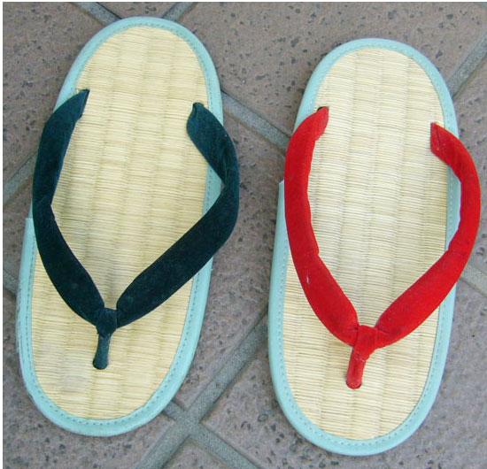 履き慣らして、鼻緒が足の甲になじんだぞうり、と、新品のぞうりの比較その2