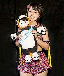 ライブ前にぬいぐるみと記念撮影する新井愛瞳さん。