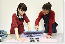 清 竜人×第5夫人 清 菜月、プリント作業の様子。