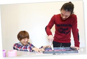 清 竜人×第3夫人 清 亜美、プリント作業の様子。