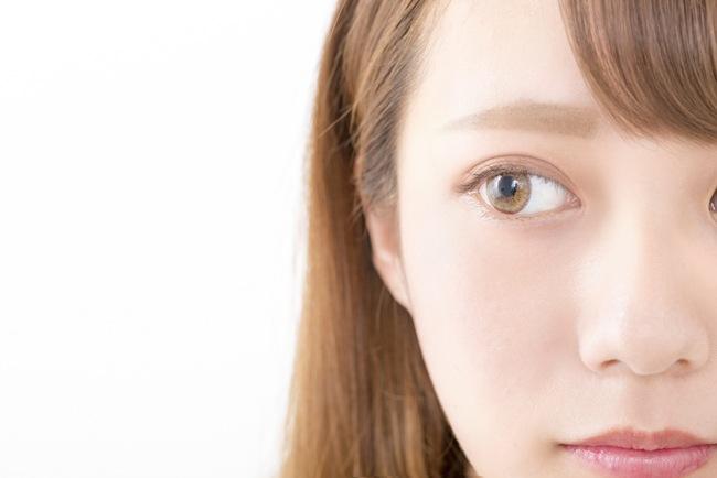 カラコン使用時に目が痛い……考えられる原因や解決方法は?