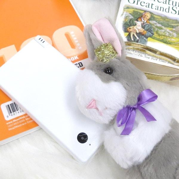 ペンやコスメに、サテン生地のお洒落なウサギのポーチ