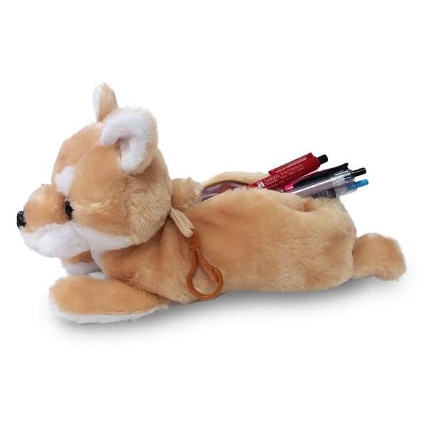 存在感のあるビッグサイズの柴犬のぬいぐるみ型ポーチ。ペンケースにするならペンが20本も入ります。尻尾がジッパープルトップになっています。