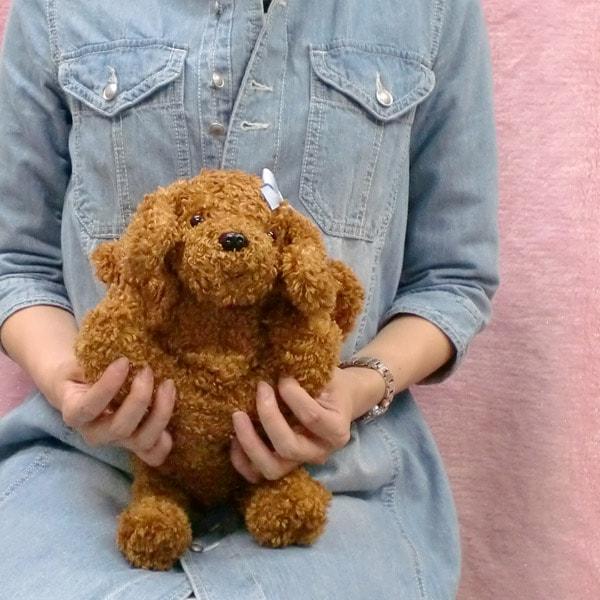 トイプードルのぬいぐるみ型ハンドバッグ。ママと一緒にお買い物をするときに、大好きな犬を連れて歩けちゃいます。