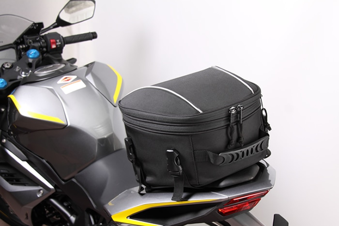 ツーリングには必要な持ち物がたくさん!そんなときに役立つシートバッグ!