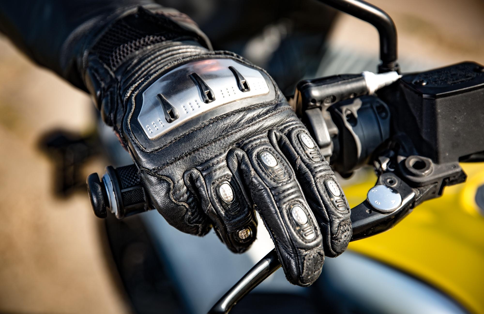 大切な手をケガから守るために!バイクグローブに必須な安全対策!