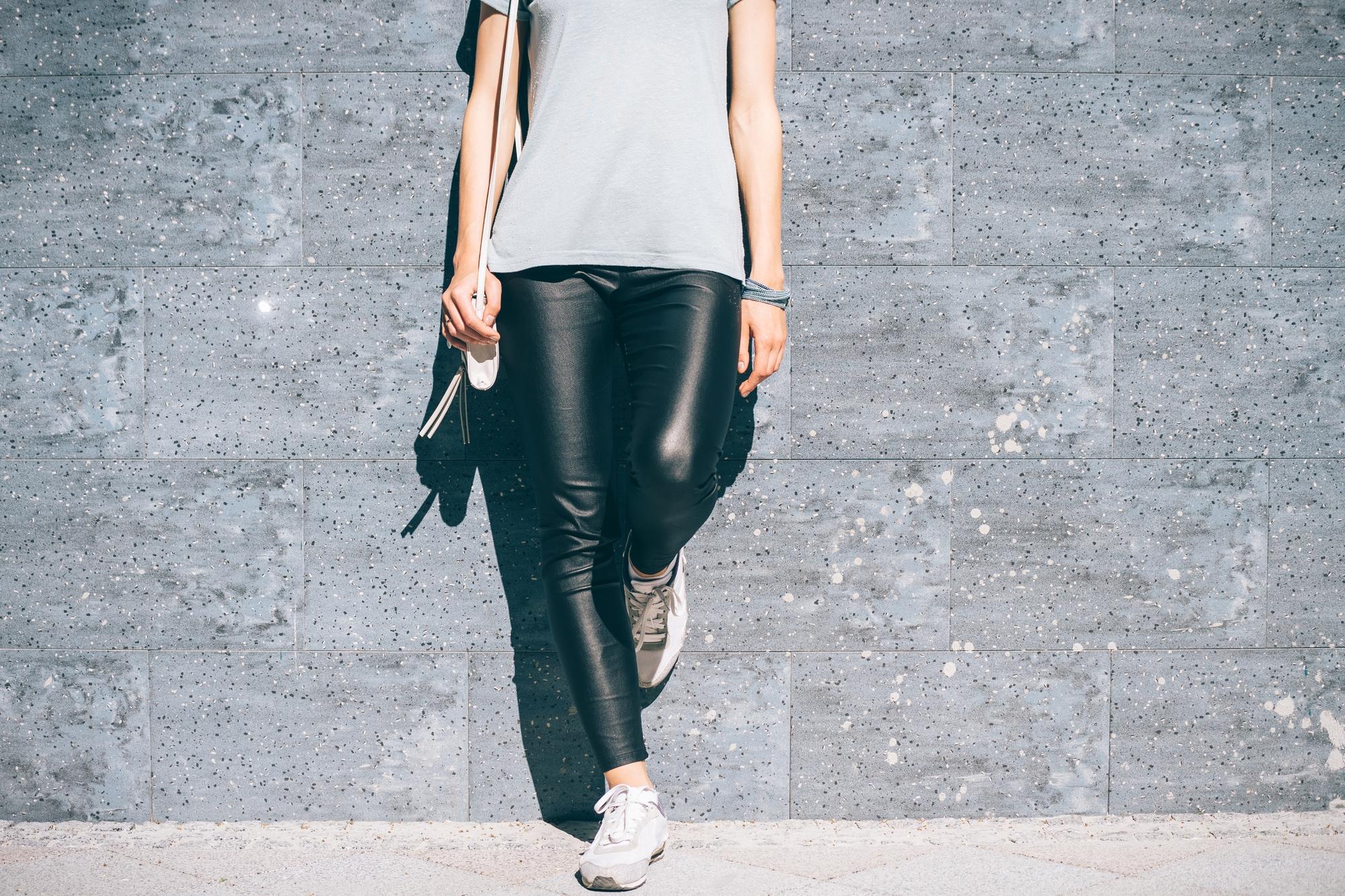 美脚に見せるレザーパンツを履いて女性らしさを高めよう!
