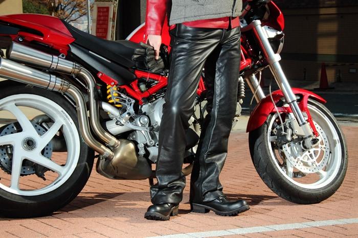 「バイクに乗るときはレザーパンツを!普段着より優れたレザーパンツの魅力とは?