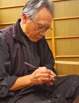 「無機質」「老」というイメージを払拭する、秋田塗りを施したイヤホン