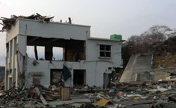 震災後の銀行跡の屋上にタンク