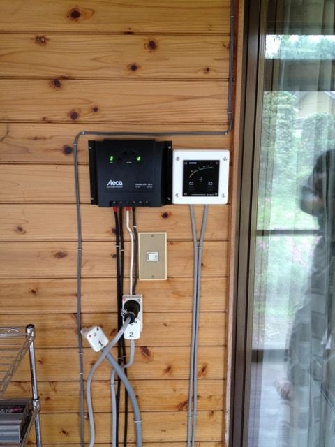 MPPTコントローラとバッテリー電圧計
