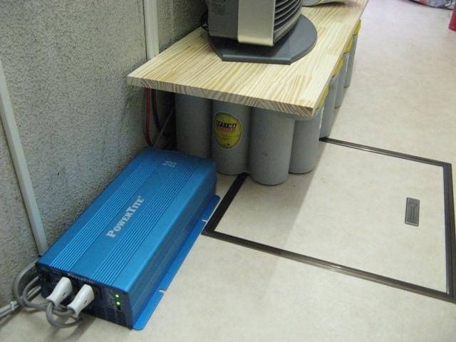 バッテリー、インバーターは廊下に設置