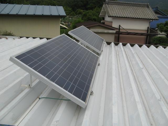 折半屋根のボルトを使いパネルを固定