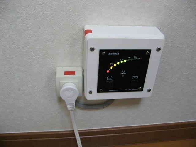 気になる蓄電量は電圧計で確認
