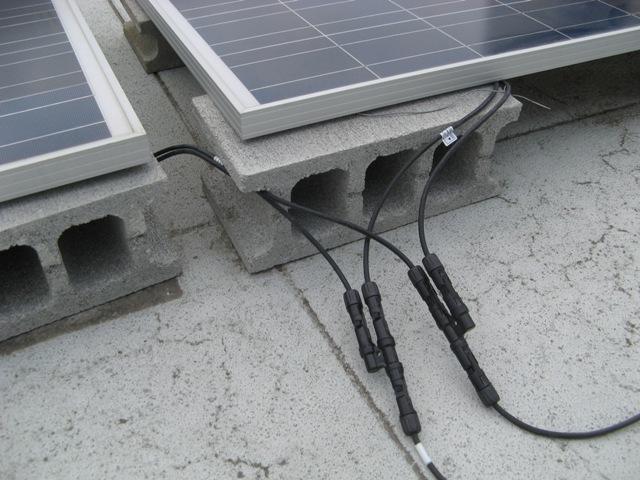 パネル並列に便利なT型コネクターを採用