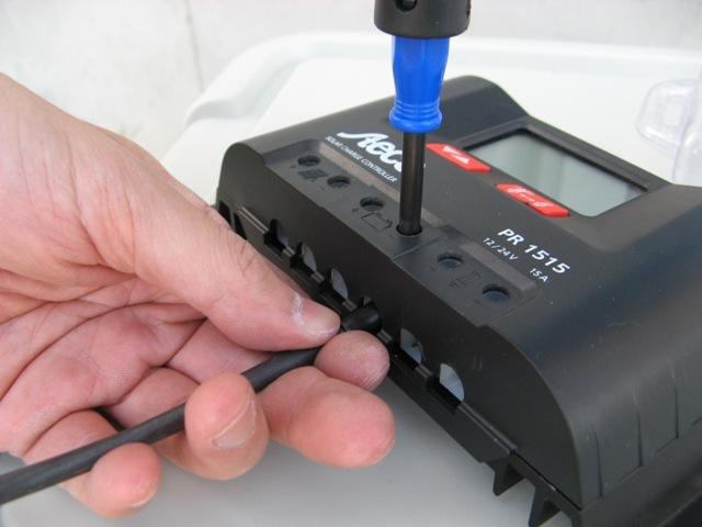 充電コントローラーとケーブルの接続
