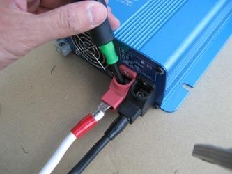 DC-ACインバーターにケーブルを接続