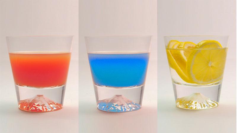 飲み物の色によって富士山の色が様々に変化