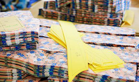 沖縄アロハシャツファクトリー布の裁断の様子