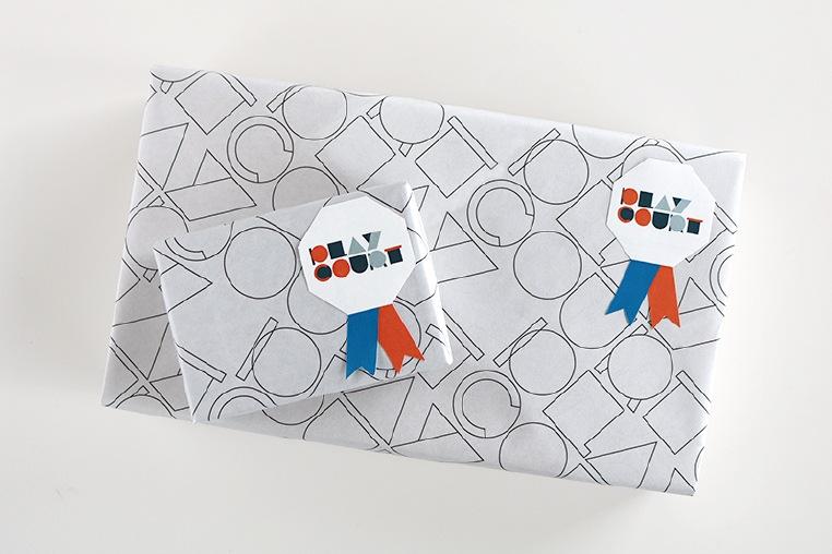 包装紙でつつみ、仕上げにギフトシールをつけてお届けいたします。
