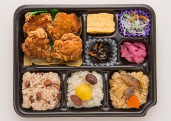 鶏の唐揚げと彩りおこわのお弁当