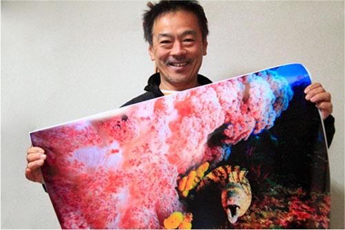 大判プリンターとプロ紙ロール紙で作品をプリントする豊田氏
