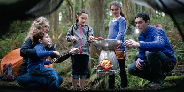 焚き火やバーベキューをしながら電気をつくる BioLite(バイオライト)ベースキャンプ の使用イメージ