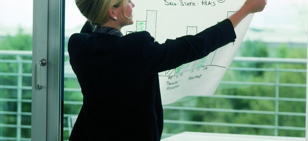 フォリオコンタクトは、平面なら場所を選ばずどこでも静電気で貼付けることができるシートです。