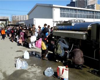 給水で並ぶ人たち