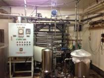 原水(湧水)を加熱殺菌した後、冷却し、紫外線殺菌装置に通し、殺菌処理します。