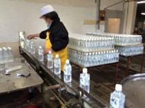 検査を経たボトルには、シュリンクラベルとシュリンクキャップを取り付け、シュリンカーで収縮装着されます。
