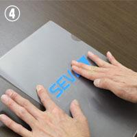 �仕上がりを綺麗にするために、上から指やヘラで少し強めにおさえます。