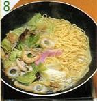 4.ちゃんぽん麺を入れます。