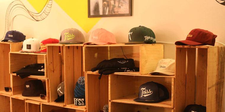 TOISS(トイス)のキャップや服を展示しているお店