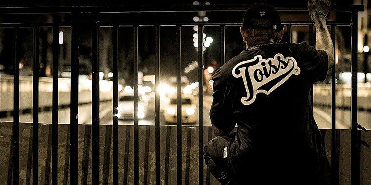 サンパウロのストリートでTOISS(トイス)のTシャツを着ている男