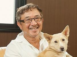 愛犬の「いわて」を抱き、笑顔を見せる川瀬隆庸社長=大阪市住吉区