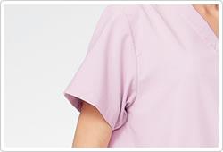 脇が見えにくいセットインスリーブで医務衣としても着用できます。