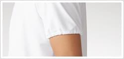 腕にやさしくフィットさせた袖口ゴム仕様により、異物混入防止をサポートします。