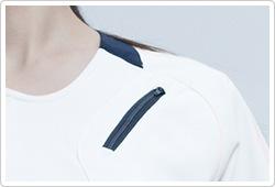斜めに配置された胸ポケット付き