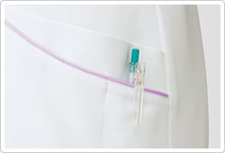 腰ポケットはパイピング部分で二重になっており、用途別に使用できます。左腰ポケットには、ペン差しポケットが付いて便利。